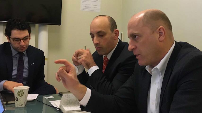 Gidi Grinstein, à droite, et Jonathan Greenblatt, au centre, directeur exécutif de l'ADL, dans les locaux de JTA, à New York, le 2 février 2017. (Crédit : autorisation de l'Institut Reut)