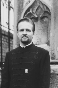 Sebastian Gorka, à gauche, important conseiller du président américain Donald Trump, porte l'uniforme et la médaille de Vitézi rend, un ordre du mérite hongrois lié à l'Allemagne nazie, à une date non précisée. (Crédit : Facebook)
