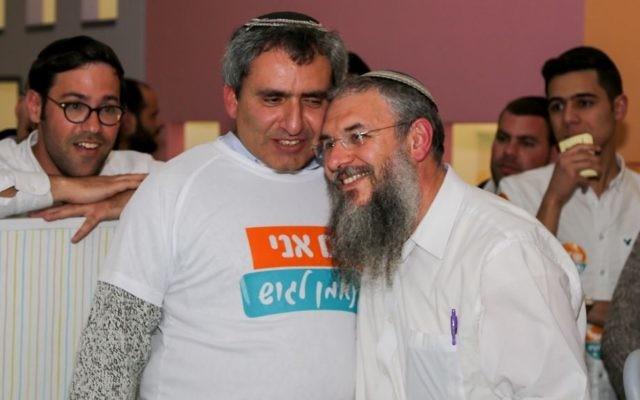 Le ministre Zeev Elkin avec le nouveau président du Conseil du Gush Etzion, Shlomo Neeman, dans les quartiers généraux de la campagne à Alon Shvut, le 14 février 2017. (Crédit : Gershon Elinson/Flash90)