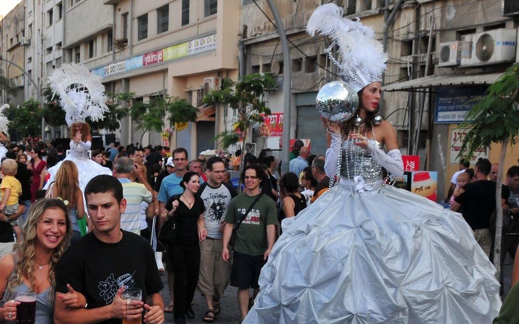 Photo d'illustration : des gens circulent dans les rues du centre-ville de Haïfa durant un événement culturel (Crédit : Shay Levy/Flash90)