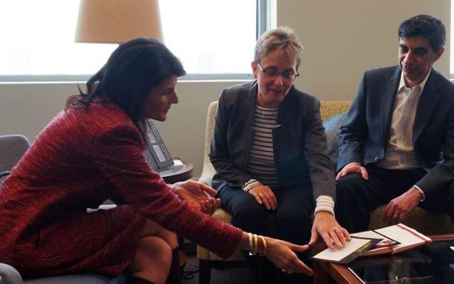 Simha et Leah Goldin avec l'ambassadrice américaine Nikki Haley, à gauche (Crédit : Mission des États-Unis auprès de l'ONU)