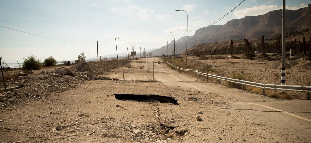En 2015, des dolines ont entraîné la fermeture de cette portion de la route 90, photographiée le 6 janvier 2016. Les conducteurs doivent maintenant prendre une déviation très proche de la réserve naturelle d'Ein Gedi. (Crédit : Luke Tress/Times of Israël)