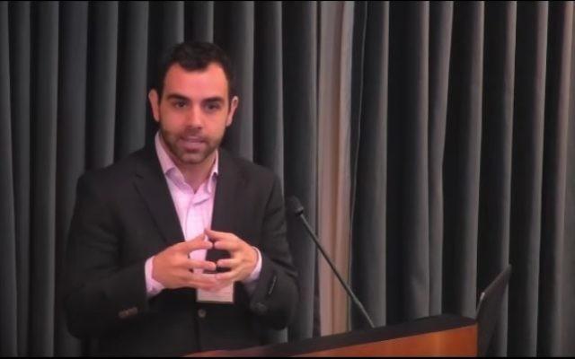 Omar Shakir, directeur Israël et Palestine de Human Rights Watch. (Crédit : capture d'écran YouTube)