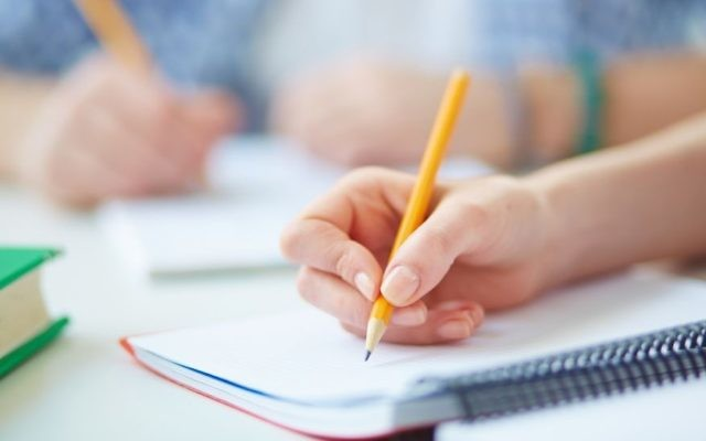 Photo d'illustration d'un élève en train d'écrire (Crédit : Getty images)