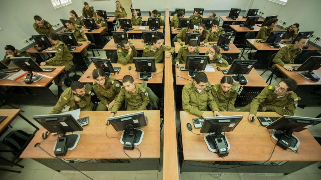 Les cadets du cours de programmation de l'armée israélienne. Environ un tiers d'entre eux sont des femmes. (Crédit : armée israélienne)