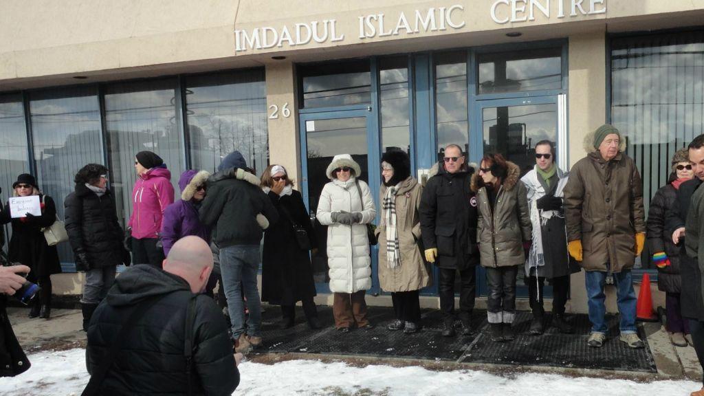 Des Juifs de Toronto forment une chaine pour la paix autour du Centre culturel Imdadul à Toronto au Canada, le 3 février 2017. (Crédit : Facebook/Holy Blossom Temple)