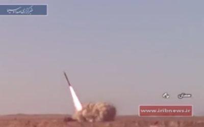 Des missiles lancés lors d'exercices en Iran, le 21 février 2017. (Crédit : capture d'écran Iribnews via Tasnim)