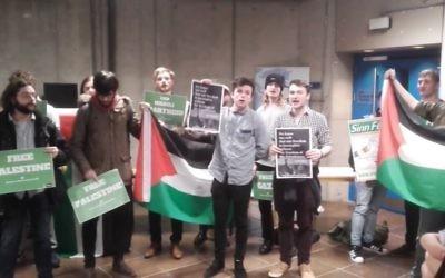 Des manifestants palestiniens avant un discours de Zeev Boker, ambassadeur israélien, au Trinity College de Dublin, le 20 février 2017. (Crédit : capture d'écran Facebook)