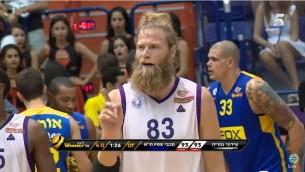 Le joueur de basket Jonathan Skjoldebrand de l'équipe d'Ironi Nahariya (Crédit : Capture d'écran YouTube)