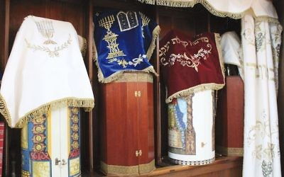 Des rouleaux de Torah Karaïtes stockés dans le style oriental. Ils sont rangés dans des contenants rigides.  (Crédit : David A.M. Wilensky via JTA)