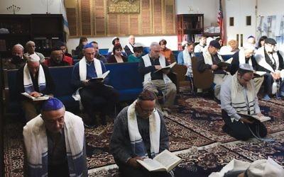 C'est une coutume pour les Juifs karaïtes de prier à genoux sur le sol, comme on le voit ici dans le sanctuaire de la congrégation  Bnai Israel à Daly City, en Californie. (Autorisation des Juifs Karaïtes des Etats unis via JTA)