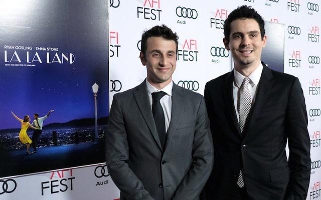 La compositeur Justin Hurwitz, à gauche, et le réalisateur Damien Chazelle lors de la première de  'La La Land' à  l'AFI Fest 2016, présenté par Audi au Chinese Theatrele novembre 2016 à Hollywood, en Californie. (Crédit : Chris Weeks/Getty Images pour Audi via JTA)