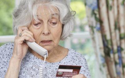 Une femme âgée donne son numéro de carte de crédit au téléphone. Illustration. (Crédit :  Istock Highway-starz photography)