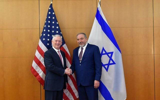 Le ministre de la Défense, Avigdor Liberman, et le secrétaire américain à la Défense, James Mattis, à la conférence de Munich sur la sécurité, le 17 février 2017. (Crédit : Ariel Hermoni/ministère de la Défense)