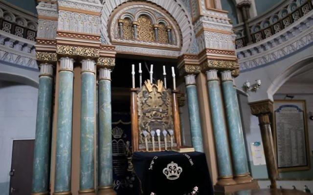 L'arche dans la synagogue chorale de Vilnius, en Lituanie. (Crédit : capture d'écran YouTube)