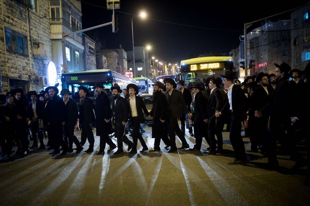 Des manifestants ultra-orthodoxes protestent contre l'arrestation d'un étudiant en yeshiva qui a failli a ses obligations militaires, dans le quartier de Mea Shearim, le 7 février 2017. (Crédit : Yonathan Sindel/Flash 90)