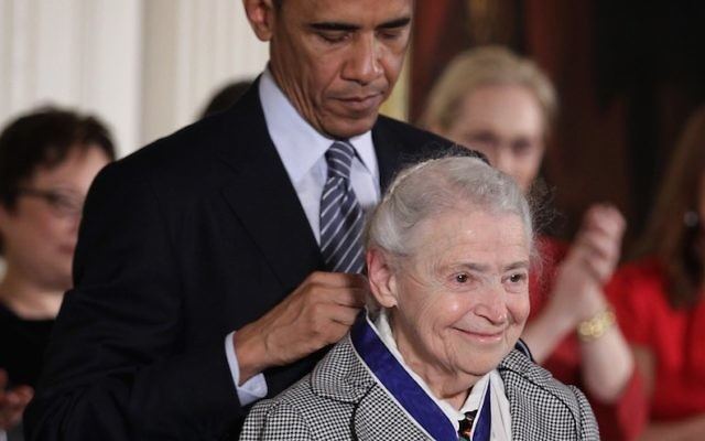 Barack Obama, alors président américain, remet la Médaille présidentielle de la Liberté à la physicienne Mildred Dresselhaus à la Maison Blanche, le 24 novembre 2014. (Crédit : Alex Wong/Getty Images)
