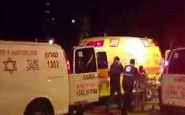 Les secouristes sur la scène d'une fusillade à Netanya, dans le centre d'Israël, le 27 février 2017. (Crédit : capture d'écran YouTube)