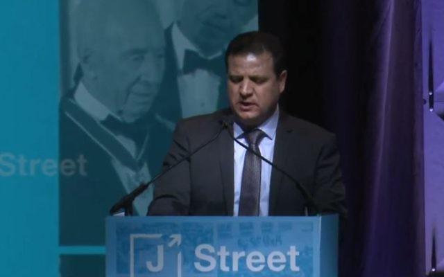 Ayman Odeh, député de la Liste arabe unie, pendant la conférence annuelle de J Street , à Washington, le 26 février 2017. (Crédit : capture d'écran YouTube)