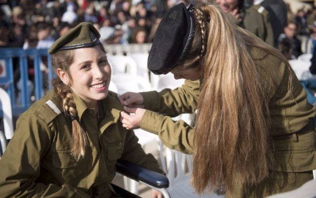 Les cadets blessés dans l'attentat de Jérusalem au camion bélier sont devenus officiers, le 31 janvier 2017. (Crédit : unité des porte-paroles de l'armée israélienne)