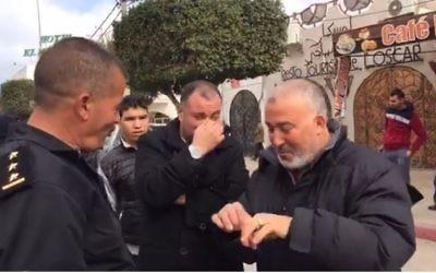 Un groupe de religieux venus réclamer la fermeture d'un restaurant servant de l'alccol tenu par juif tunisien (Crédit: capture d'écran/Djerba News)