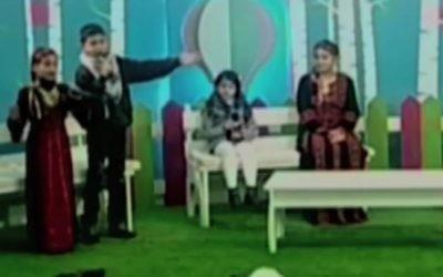 Des enfants rendant hommage à la violence et aux armes dans un programme pour enfants de la chaîne de télévision de l'Autorité palestinienne, le 20 janvier 2017. (Crédit : capture d'écran YouTube)