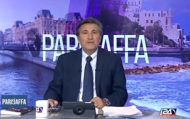 Paul Amar, présentant les nouvelles grilles d'I24 News peu de temps après sa nomination en 2015 (Crédit: Capture d'écran Youtube/I24 News)