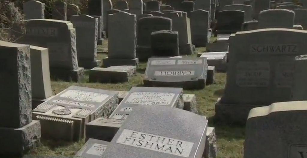Pierres tombales profanées au cimetière juif de Philadelphie, le 26 février 2017. (Crédit : capture d'écran ABC)
