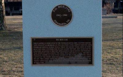 Stèle commémorative du camp 1142 où furent interné d'ex-officiers nazis pour qu'ils révèlent, en douceur, leurs secrets (Crédit: Ser Armantio Di Nicolao/WikiCommons)