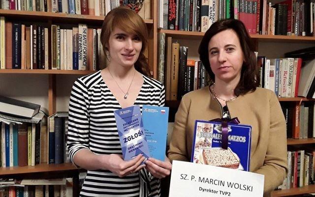 Anna Chipczynska, présidente de la communauté juive de Varsovie, à droite, et Ania Bakula avec le contenu d'un colis envoyé à un directeur de la télévision publique, le 22 janvier 2017. (Crédit : communauté juive de Varsovie)