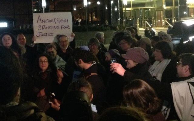 Un groupe de rabbis manifestant devant la Trump Tower à Manhattan, à NEw York, le 6 février 2017. (Crédit : Ben Sales via JTA)