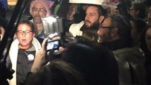 Le rabbin Jonah Geffen brandit une bannière dans une manifestation contre le décret anti-immigration  contre le décret anti(immigration et anti-réfugiés de Trump, le 6 février 2017. (Crédit : Katja Vehlow)