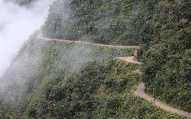 """La route de Yungas, en Bolivie, surnommée la """"route de la mort"""". Illustration. (Crédit : Alex Proimos)"""
