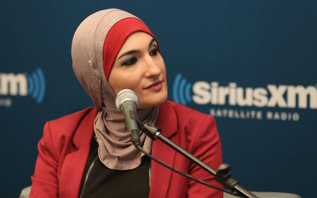 La militante musulmane Linda Sarsour à l'événement SiriusXM 'Muslim in America' à New York, le 26 octobre 2015 (Crédit : Robin Marchant / Getty Images pour SiriusXM / via JTA)