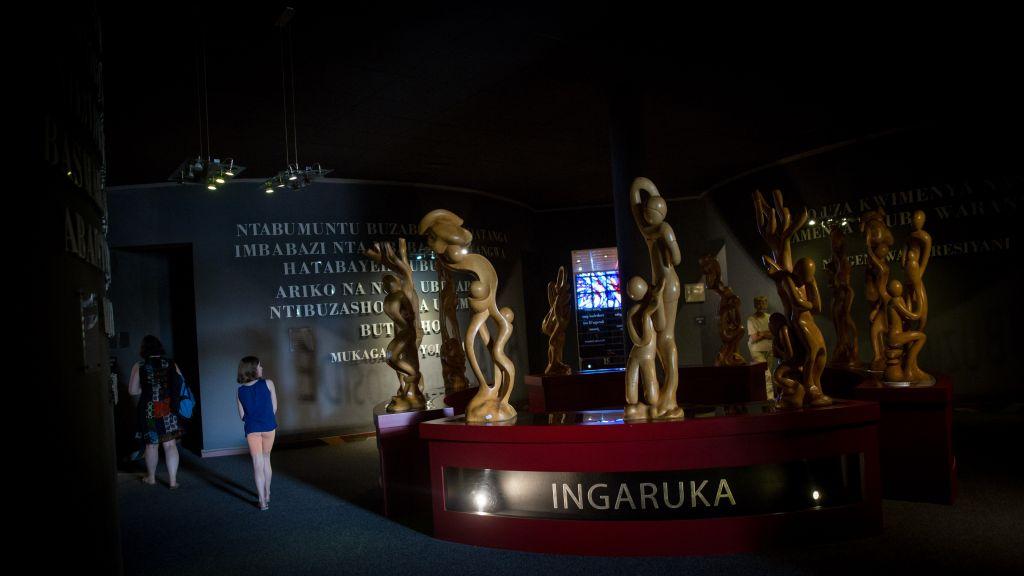 Un visiteur au musée du génocide de Kigali, le 14 février 2017. Le musée reçoit 92 500 visiteurs par an. (Crédit : Miriam Alster/Flash90)