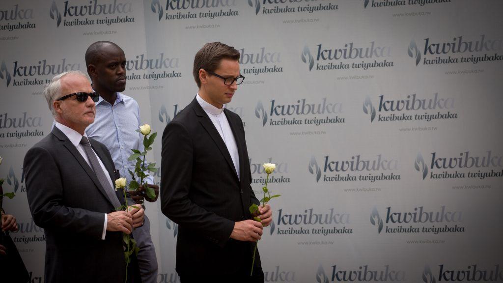 """Des dignitaires posent des roses sur les charniers au musée du génocide de Kigali le 14 février 2017, sous un panneau qui rappelle la nécessité """"de se souvenir et d'aller de l'avant"""". Les restes de 250 000 victimes Tutsis du génocide sont enterrées sous le sol du musée (Crédit : Miriam Alster/Flash90)"""
