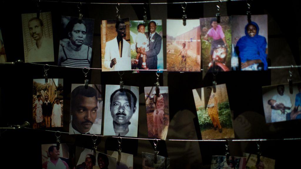 Le musée du génocide de Kigali accueille une salle similaire à celle de la salle des Noms de Yad Vashem. Il encourage les familles à accrocher leurs propres photos de victimes, montrées ici le 14 février 2017 (Crédit : Miriam Alster/Flash90)