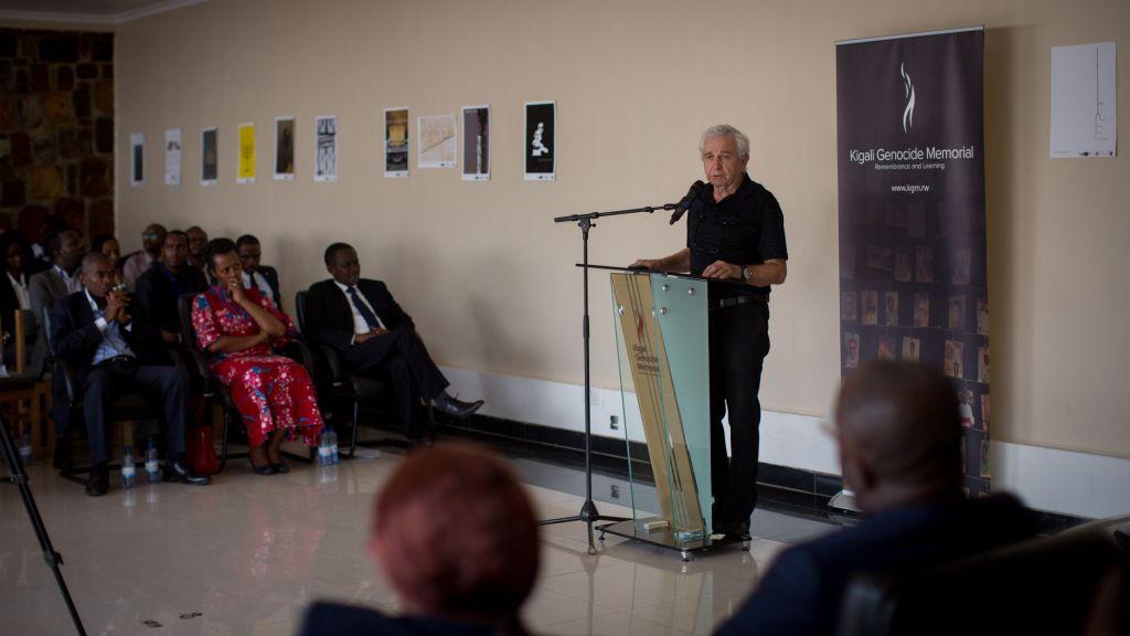 Le professeur Daniel Gold, survivant de l'Holocauste, s'exprime lors d'une cérémonie organisée pour la Journée Internationale de l'Holocauste à Kigali, le 14 février 2017 (Crédit : Miriam Alster/Flash90)