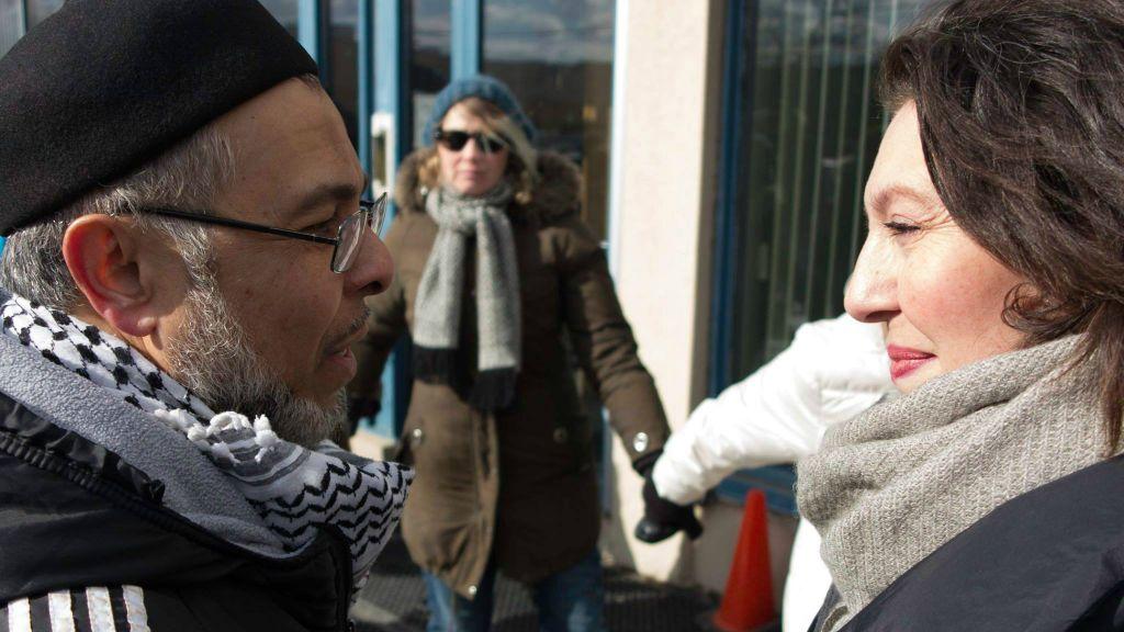 Le rabbin de la communauté Holy Blossom, Yael Splansky (à droite ) s'entretient avec le chef du Centre culturel Imdadul losr de chaînes pour la paix à Toronto au Canada, le 3 février 2017. (Crédit : Facebook/Holy Blossom Temple)