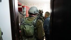 Troupes israéliennes dans la maison du Palestinien qui aurait mené une attaque terroriste à Petah Tikva, dans le centre d'Israël, la veille, en Cisjordanie, le 10 février 2017. (Crédit : unité des porte-paroles de l'armée israélienne)