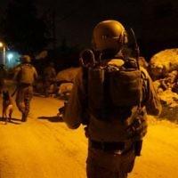 Soldats israéliens pendant une opération d'arrestation dans le centre de la Cisjordanie, le 23 février 2017. Illustration. (Crédit : unité des porte-paroles de l'armée israélienne)
