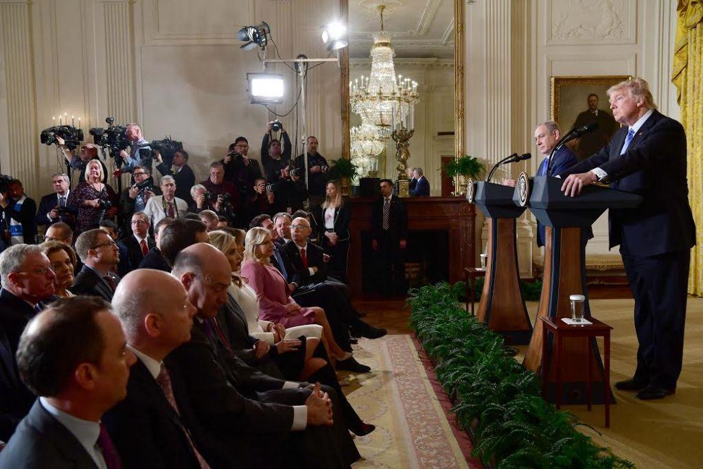 Le Premier ministre Benjamin Netanyahu et le président américain Donald Trump, à la Maison Blanche, le 15 février 2017. (Crédit : Avi Ohayon/GPO)