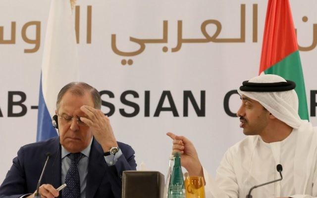 Le ministre des Affaires étrangères des Émirats arabes unis Sheikh Abdullah bin Zayed al-Nahyan (à droite), Le ministre des Affaires étrangères russe Sergei Lavrov (à gauche) durant une conférence de presse à Abu Dhabi le 1 février 2017. (Crédit: AFP PHOTO / KARIM SAHIB)