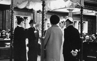 Un mariage juif à la synagogue de West End à Londres, en 1969 (Crédit :  Nick Hale/Getty Images)