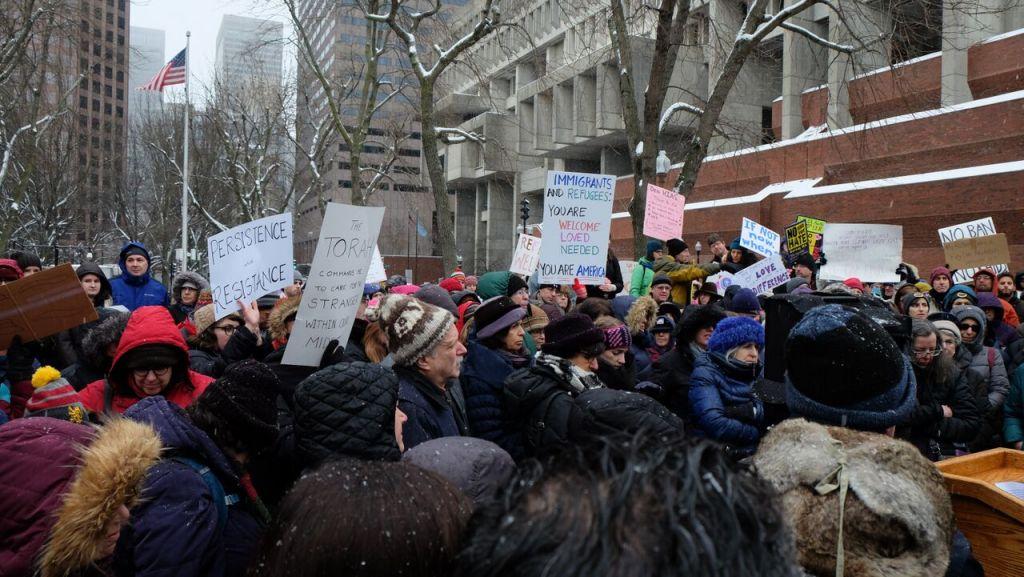 Les militants rassemblés  devant le mémorial de l'Holocauste de Nouvelle Angleterre, à Boston, dans le Massachusetts, durant un rassemblement de soutien aux réfugiés le 12 février 2017 (Crédit : Kaila Fleisig)