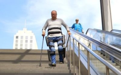 La start-up Rewalk et le Wyss Institute se sont associés pour créer cet exosquelette permettant à certains handicapés de remarcher (Crédit: capture d'écran/Rewalk)