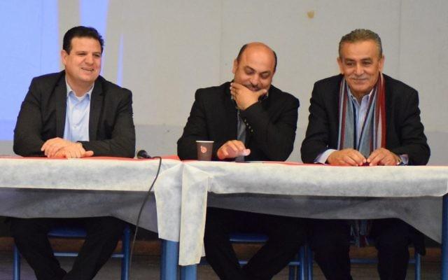 Les députés de la Liste arabe unie Ayman Odeh, à gauche, Masud Ghnaim, au centre et Jamal Zahalqsa à droite lors d'une conférence sur le bénévolat, à Kfar Qassem, le 4 mars 2017. (Crédit: autorisation)