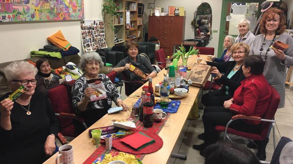 Des personnes âgées à Cracovie, en Pologne, avec les cadeaux de Pourim distribués par les bénévoles de Jewish Connection à l'aéroport Ben Gurion, en mars 2017. (Crédit : autorisation)