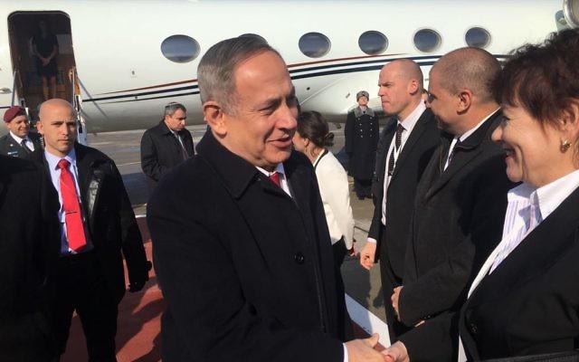 Le Premier ministre Benjamin Netanyahu à l'aéroport de Moscou avant une réunion avec le président Poutine de Russie, le 9 mars 2016 (Crédit : Autorisation)