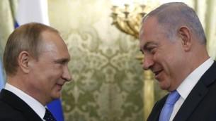 Le président russe Vladimir Poutine, à gauche, avec le Premier ministre Benjamin Netanyahu, au Kremlin, à Moscou, le 7 juin 2016. (Crédit : Maxim Shipenkov/Pool/AFP)